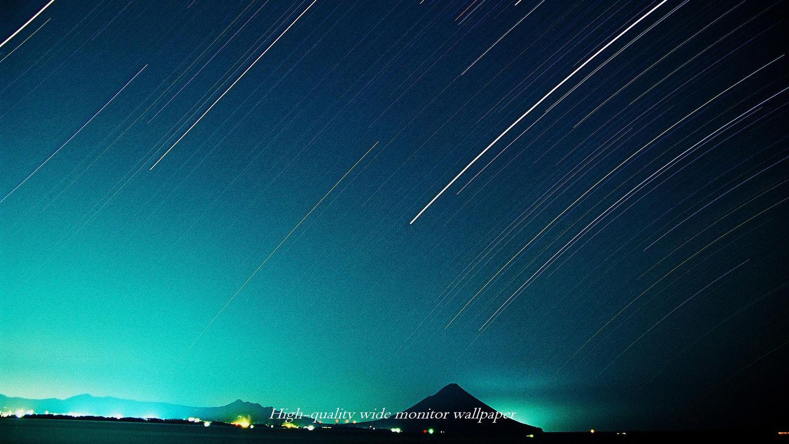 フィルムで撮影した開聞岳と星の光跡をモチーフにしましたワイドモニター 1600 900 高画質壁紙 アスペクト比 16 9 星景写真 長時間露光 Time Lapse 微速度撮影 夜間撮影 インターバル撮影