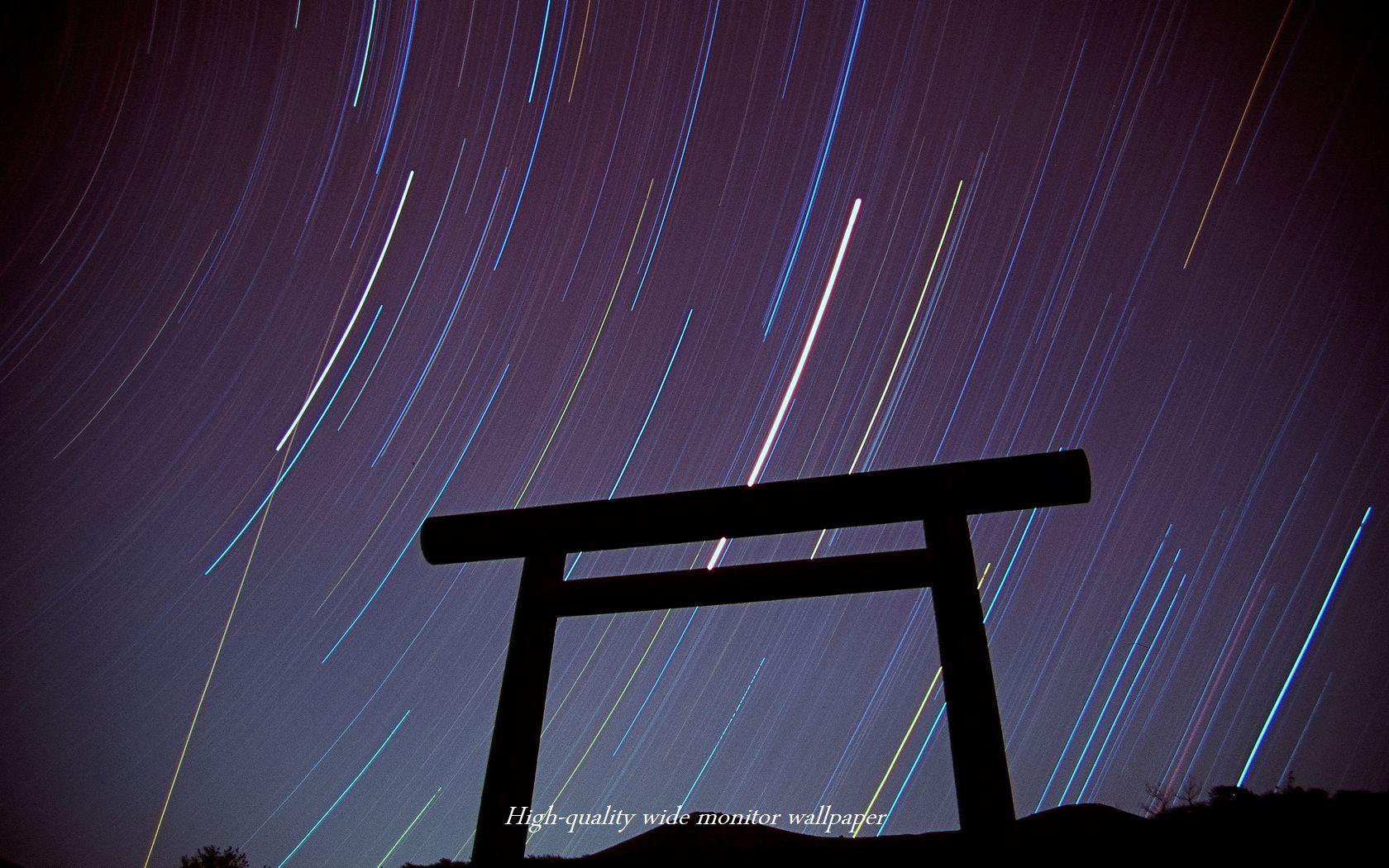 旧霧島神宮址の鳥居と星の光跡をモチーフにしましたワイドモニター 1680 1050 高画質壁紙 アスペクト比 16 10 星景写真 長時間露光 Time Lapse 微速度撮影 夜間撮影 インターバル撮影